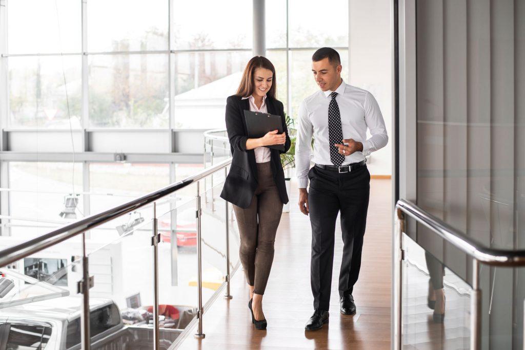 uomo e donna d'affari parlano in corridoio
